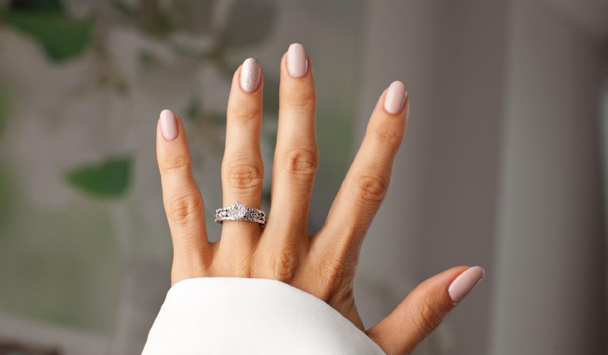 指輪をした手