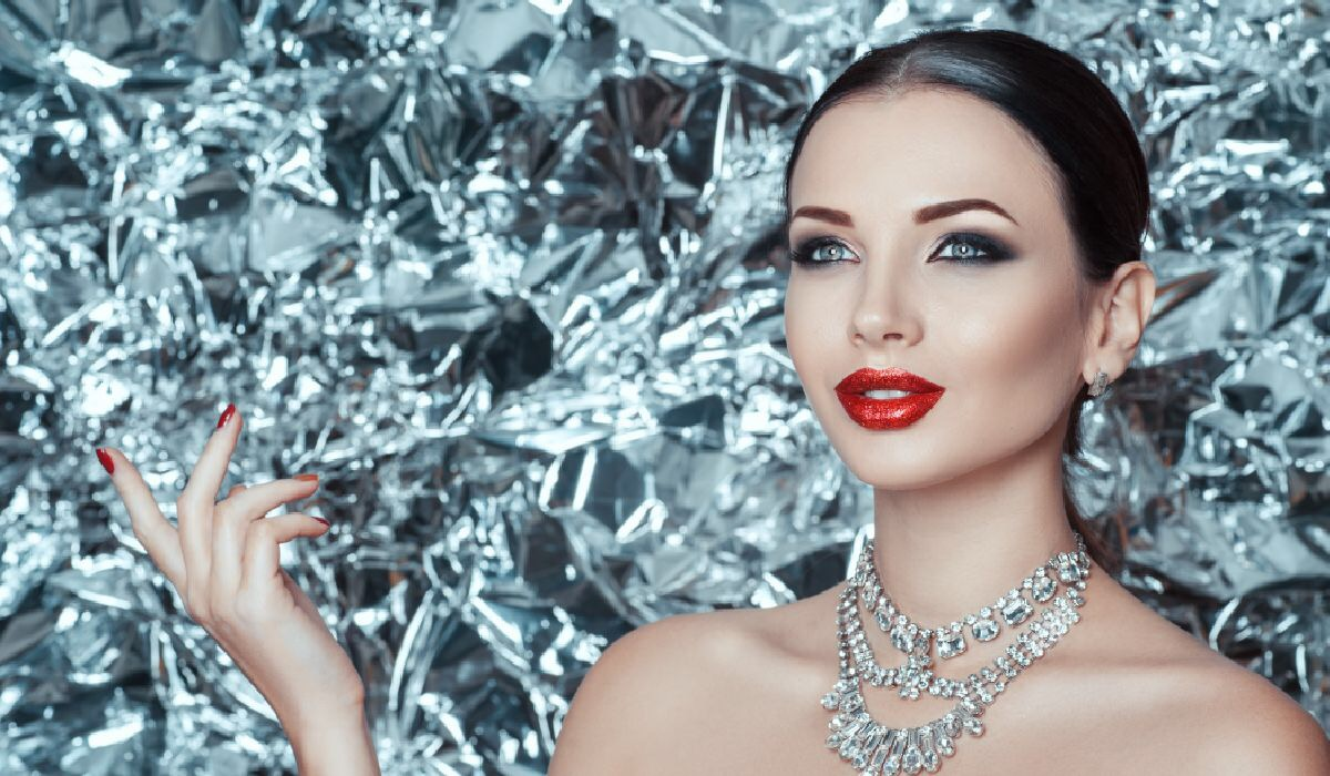 ダイヤモンドネックレスをした女性