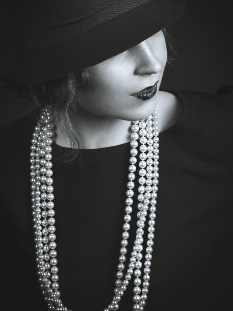 真珠のネックレスをした女性