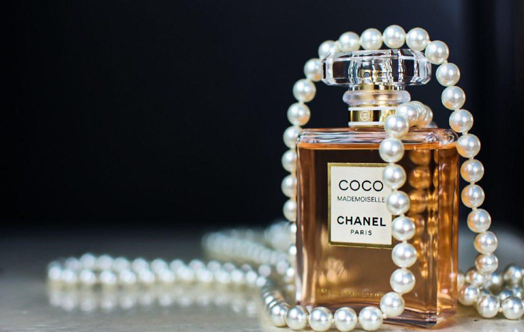 シャネル香水とパールネックレス
