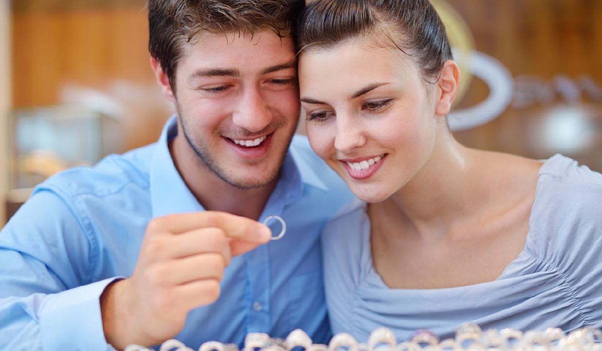 指輪を選ぶカップル