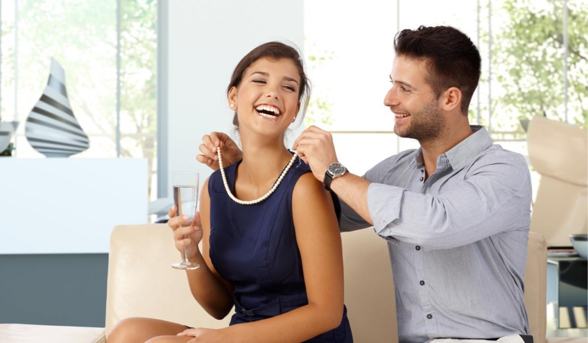 パールネックレスをする女性