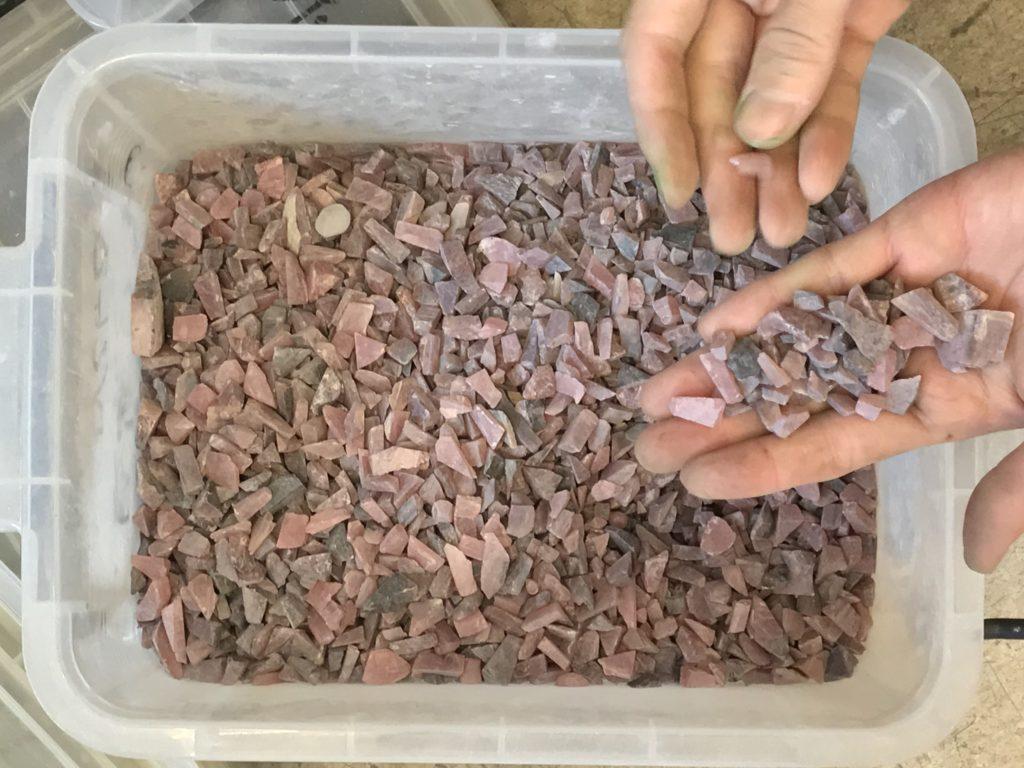 ピンクオパール 細かくカットした原石