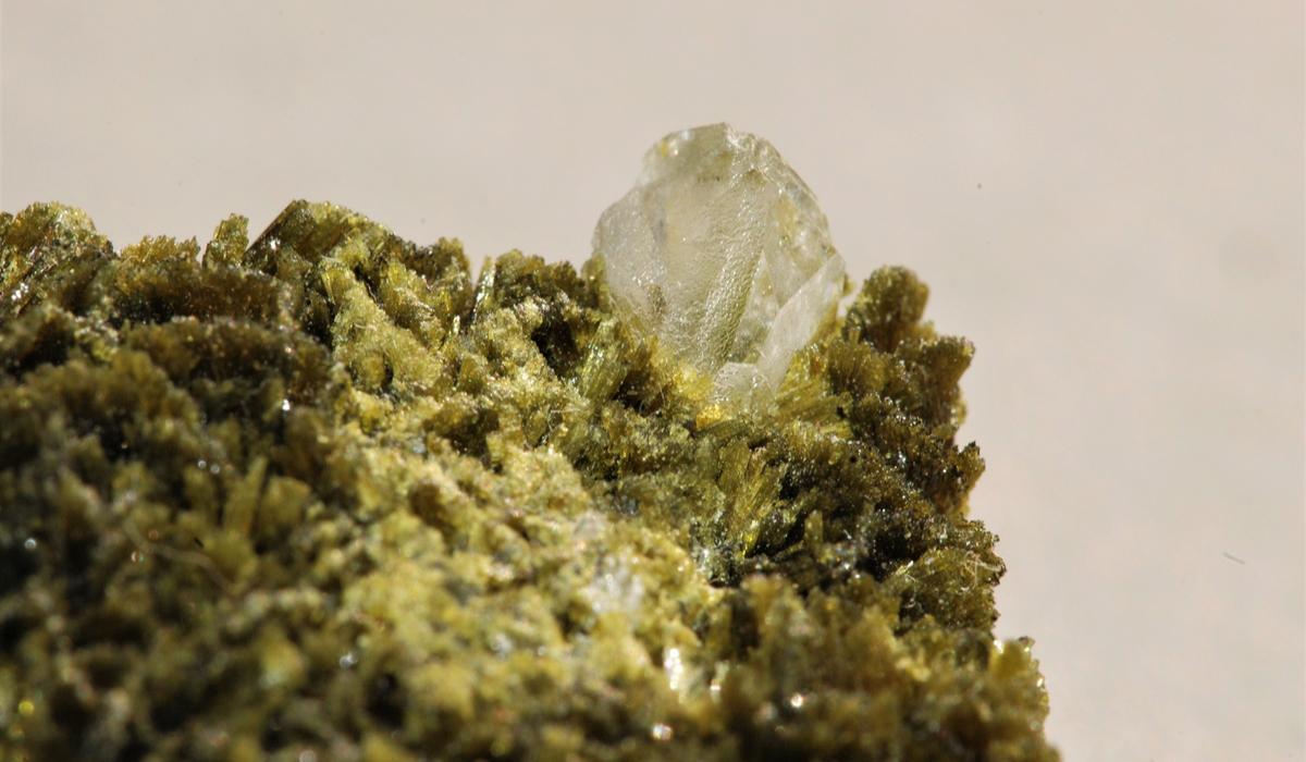クリノゾイサイト 原石