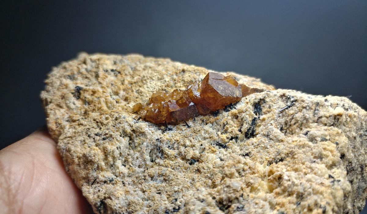 バストネサイト 原石